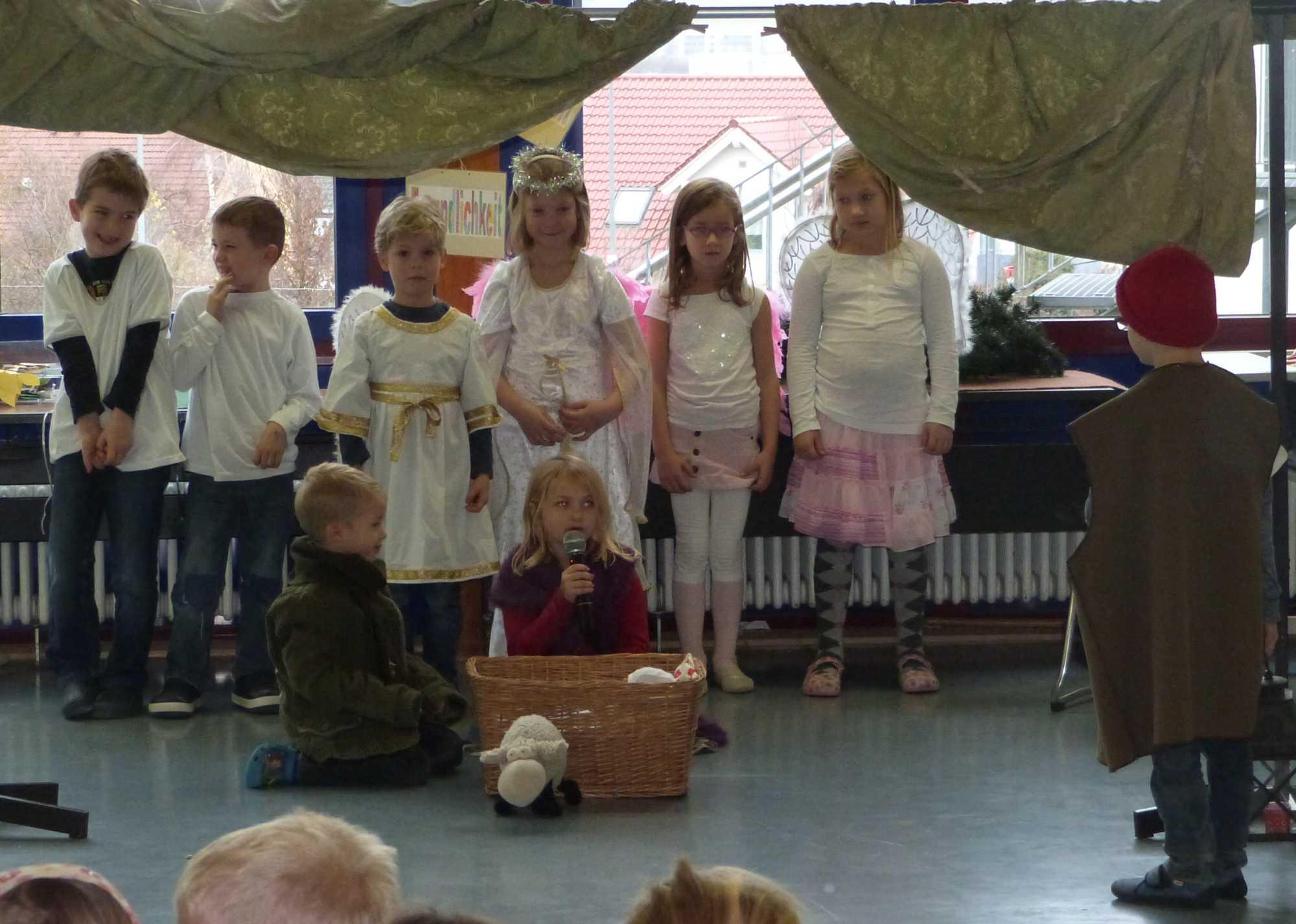 2014.12.19. Schulversammlung Theaterstück 1. Klassen